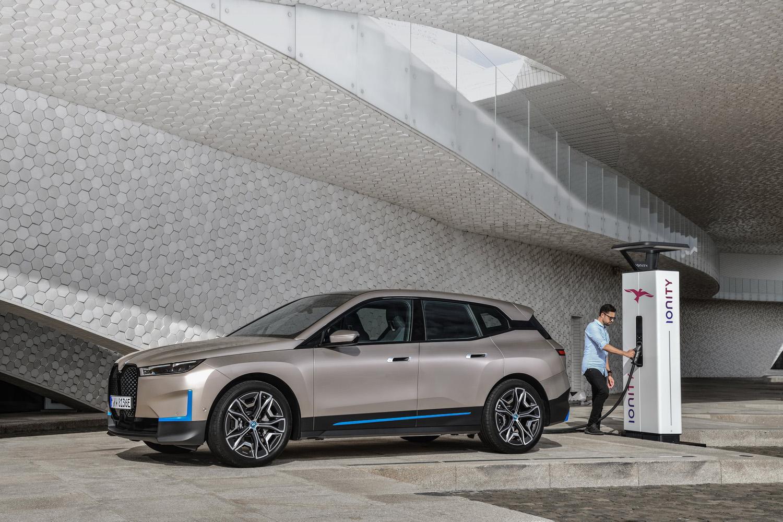 Le constructeur allemand dévoile son nouveau SUV électrique — BMW iX