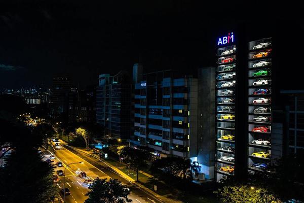 Un distributeur automatique géant pour vendre des voitures de luxe — Singapour
