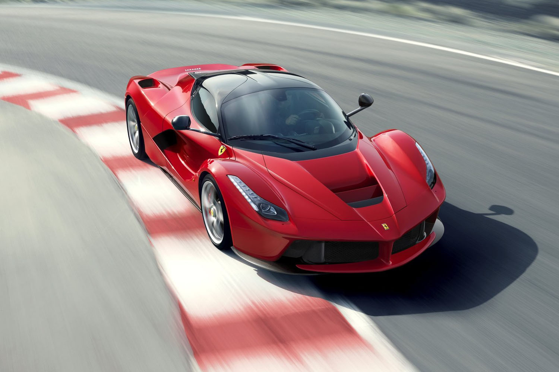 Un SUV et une Supercar électrique en approche — Ferrari