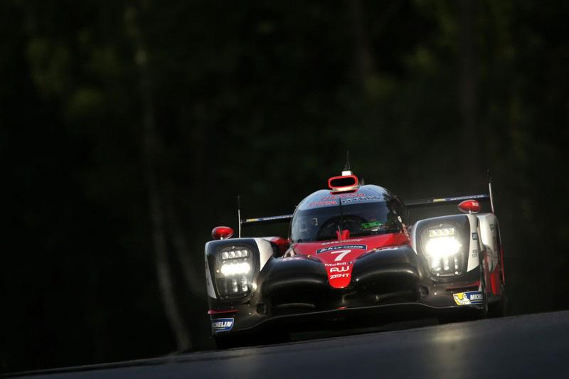 En tête, la Porsche n°1 abandonne